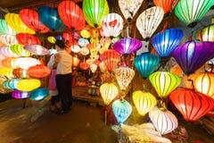 Τα φανάρια στην παλαιά πόλη ψωνίζουν σε Hoi, Βιετνάμ Στοκ Φωτογραφία
