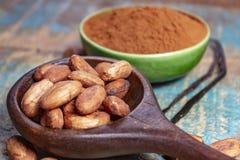 Τα φασόλια κακάου ή κακάου και η βανίλια μπέρμπον κολλούν, χρησιμοποιημένος στο ζεστό ποτό σοκολάτας, σοκολάτα, βούτυρο και στο α στοκ εικόνες με δικαίωμα ελεύθερης χρήσης