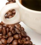 Τα φασόλια καφέ δείχνουν το ζεστά ποτό και το σπάσιμο στοκ εικόνες