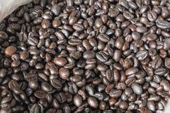Τα φασόλια καφέ στην τοπική αγορά, κλείνουν επάνω στοκ φωτογραφία