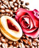 Τα φασόλια καφέ φρέσκα παρουσιάζουν ζεστό ποτό και εύγευστα στοκ φωτογραφία με δικαίωμα ελεύθερης χρήσης
