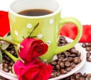 Τα φασόλια καφέ φρέσκα παρουσιάζουν το ζεστά ποτό και Espresso στοκ εικόνα με δικαίωμα ελεύθερης χρήσης
