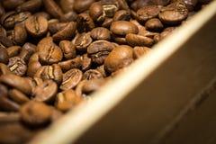 Τα φασόλια καφέ κλείνουν το επάνω και ξύλινο κιβώτιο Στοκ εικόνα με δικαίωμα ελεύθερης χρήσης
