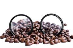 Τα φασόλια καφέ με στρογγυλό ενισχύουν το φακό Στοκ φωτογραφία με δικαίωμα ελεύθερης χρήσης