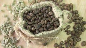 Τα φασόλια καφέ που περιστρέφονται burlap, κλείνουν επάνω απόθεμα βίντεο