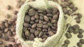 Τα φασόλια καφέ που περιστρέφονται burlap, κλείνουν επάνω φιλμ μικρού μήκους