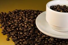 Τα φασόλια καφέ στο άσπρο φλυτζάνι κλείνουν επάνω Στοκ φωτογραφία με δικαίωμα ελεύθερης χρήσης