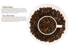 Τα φασόλια καφέ στο φλυτζάνι απομονώνουν με το ψαλίδισμα της πορείας Στοκ εικόνες με δικαίωμα ελεύθερης χρήσης