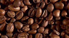 Τα φασόλια καφέ burlap στην απόλυση, υπόβαθρο, κλείνουν απόθεμα βίντεο