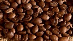 Τα φασόλια καφέ burlap στην απόλυση, υπόβαθρο, κλείνουν φιλμ μικρού μήκους