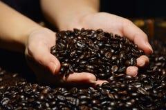 τα φασόλια κλείνουν τα χέρια καφέ επάνω Στοκ φωτογραφία με δικαίωμα ελεύθερης χρήσης