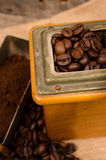 τα φασόλια κλείνουν τον καφέ επάνω Στοκ εικόνες με δικαίωμα ελεύθερης χρήσης