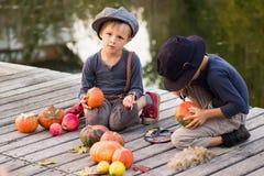 Τα φιλικά παιδιά χρωματίζουν τις μικρές κολοκύθες αποκριών Στοκ φωτογραφία με δικαίωμα ελεύθερης χρήσης