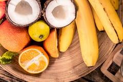 Τα φρέσκα διαφορετικά οργανικά φρούτα στο ξύλινο πιάτο κλείνουν επάνω τα αντιοξειδωτικοους, detox διατροφή, οργανικά φρούτα στοκ φωτογραφίες με δικαίωμα ελεύθερης χρήσης