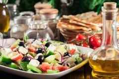 τα φρέσκα ελληνικά απομόνωσαν το λευκό λαχανικών σαλάτας μονοπατιών στοκ εικόνα