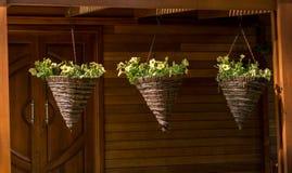 Τα φρέσκα ζωηρόχρωμα λουλούδια υποβάλλουν τα βάζα Στοκ Εικόνες