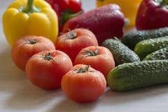 Τα φρέσκα και ζωηρόχρωμα λαχανικά βρίσκονται στον πίνακα κουζινών Στοκ φωτογραφίες με δικαίωμα ελεύθερης χρήσης