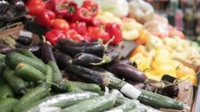 Τα φρέσκα λαχανικά είναι στο μετρητή στο κατάστημα απόθεμα βίντεο