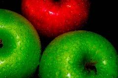 Τα φρέσκα μήλα στο Μαύρο και η κόκκινη Apple ταπετσαρίες ενός στις μαύρες υποβάθρου, υγιή τρόφιμα στοκ φωτογραφία