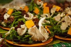 Τα φρέσκα μανιτάρια και τα λαχανικά στην αγορά χρονοτριβούν για την πώληση στην τοπική αγορά Chiang Mai, Ταϊλάνδη, Στοκ Φωτογραφίες