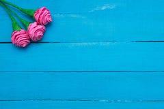 Τα φρέσκα λουλούδια τριαντάφυλλων στην ακτίνα του φωτός στο τυρκουάζ χρωμάτισαν το ξύλινο υπόβαθρο Εκλεκτική εστίαση τοποθετήστε  Στοκ Εικόνες
