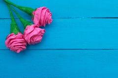 Τα φρέσκα λουλούδια τριαντάφυλλων στην ακτίνα του φωτός στο τυρκουάζ χρωμάτισαν το ξύλινο υπόβαθρο Εκλεκτική εστίαση τοποθετήστε  Στοκ εικόνες με δικαίωμα ελεύθερης χρήσης