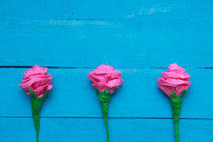 Τα φρέσκα λουλούδια τριαντάφυλλων στην ακτίνα του φωτός στο τυρκουάζ χρωμάτισαν το ξύλινο υπόβαθρο Εκλεκτική εστίαση τοποθετήστε  Στοκ Φωτογραφίες