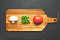 Τα φρέσκα προϊόντα είναι τακτοποιημένα σε έναν πίνακα στοκ φωτογραφία με δικαίωμα ελεύθερης χρήσης
