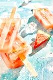 Τα φρέσκα φρούτα καρπουζιών popsicles ένα καλοκαίρι μεταχειρίζονται Στοκ Εικόνα