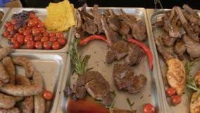 Τα φρέσκα ψημένα στη σχάρα τρόφιμα βρίσκονται στο μετρητή του εστιατορίου γρήγορου φαγητού Το μαγειρικά κρέας και τα λαχανικά βρί απόθεμα βίντεο
