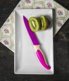 Τα φρούτα ακτινίδιων και το φούξια μαχαίρι, κλείνουν επάνω Στοκ Φωτογραφία