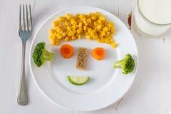 Τα φρούτα και λαχανικά κανόνισαν να φανούν ελκυστικά στα παιδιά στο αστείο πρόσωπο Στοκ φωτογραφίες με δικαίωμα ελεύθερης χρήσης