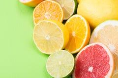 Τα φρούτα με την βιταμίνη C είναι λεπτά - τεμαχισμένος και το πράσινα υπόβαθρο, το Apelsin και τα λεμόνια Στοκ φωτογραφίες με δικαίωμα ελεύθερης χρήσης