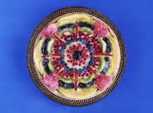 Τα φρούτα ξινά με την κρέμα και τα μούρα στο κέικ στέκονται, λουλούδια και πετσέτα στοκ εικόνες με δικαίωμα ελεύθερης χρήσης