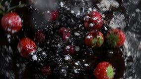 Τα φρούτα περιστρέφονται και εψέκασαν με την κονιοποιημένη ζάχαρη φιλμ μικρού μήκους