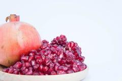 Τα φρούτα ροδιών είναι πλούσια σε βιταμίνες Φάτε φρούτα ή έναν χυμό Στοκ Εικόνα