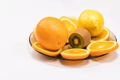 Τα φρούτα σε ένα πιάτο έκοψαν τις φέτες στοκ εικόνες με δικαίωμα ελεύθερης χρήσης
