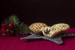 Τα φρούτα Χριστουγέννων κομματιάζουν τις πίτες στο αστέρι Στοκ Φωτογραφίες