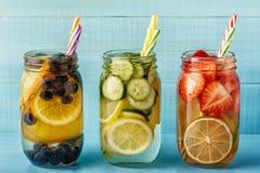 Τα φρούτα Detox ημπότισαν το νερό Αναζωογονώντας θερινό σπιτικό κοκτέιλ στοκ εικόνα με δικαίωμα ελεύθερης χρήσης