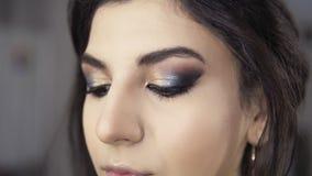 Τα φρύδια φροντίζουν κατά τη διάρκεια του επαγγελματικού makeup: η κινηματογράφηση σε πρώτο πλάνο μιας νέας γυναίκας που παίρνει  απόθεμα βίντεο