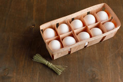 Τα φυσικά οργανικά αυγά κοτόπουλου στην πορτοκαλιά συσκευασία χαρτονιού απομονώνουν Στοκ φωτογραφίες με δικαίωμα ελεύθερης χρήσης