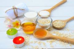 Τα φυσικά συστατικά για το σπιτικό πρόσωπο σώματος τρίβουν το μέλι και το γιαούρτι βρωμών ανασκόπησης ομορφιάς μπλε έννοιας εμπορ στοκ εικόνα