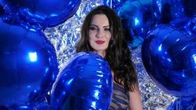 Τα φωτεινά διογκώσιμα μπαλόνια στα όπλα του ευτυχούς κοριτσιού με το βράδυ ετοιμάζουν και τις διακοπές hairdo φιλμ μικρού μήκους