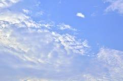 τα φωτεινά σύννεφα πουλιών που πετούν τον ουρανό ουράνιων τόξων ήταν στοκ εικόνα