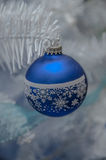 τα φωτεινά Χριστούγεννα σφαιρών ανασκόπησης διακοσμούν το λευκό δέντρων Στοκ Εικόνες