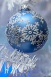 τα φωτεινά Χριστούγεννα σφαιρών ανασκόπησης διακοσμούν το λευκό δέντρων Στοκ φωτογραφία με δικαίωμα ελεύθερης χρήσης