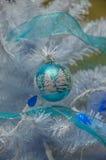 τα φωτεινά Χριστούγεννα σφαιρών ανασκόπησης διακοσμούν το λευκό δέντρων Στοκ φωτογραφίες με δικαίωμα ελεύθερης χρήσης