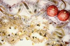 τα φωτεινά Χριστούγεννα σφαιρών ανασκόπησης διακοσμούν το λευκό δέντρων Στοκ Εικόνα