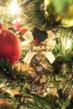 τα φωτεινά Χριστούγεννα σφαιρών ανασκόπησης διακοσμούν το λευκό δέντρων Στοκ εικόνα με δικαίωμα ελεύθερης χρήσης