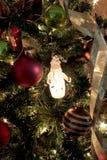 τα φωτεινά Χριστούγεννα σφαιρών ανασκόπησης διακοσμούν το λευκό δέντρων Στοκ εικόνες με δικαίωμα ελεύθερης χρήσης